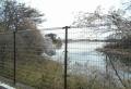 金網越しに見る多摩湖