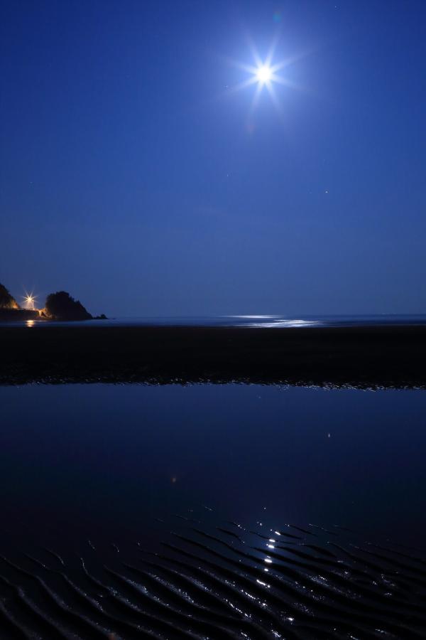 満月の海辺