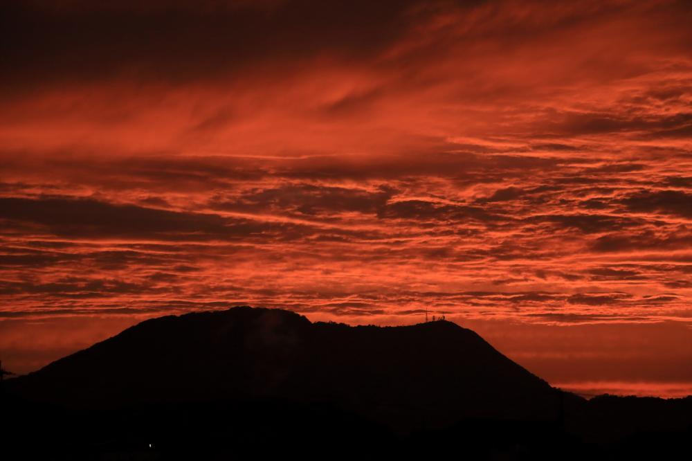 赤い雲と象頭山