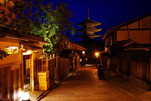 京都の夜景・八坂の塔