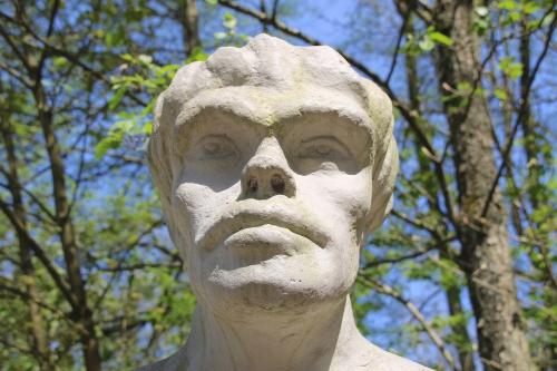 ネアンデルタール人の石像