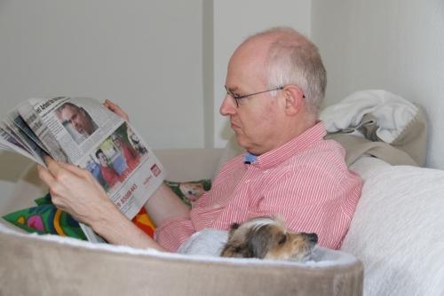 撫でてって頼んだら新聞読んでた