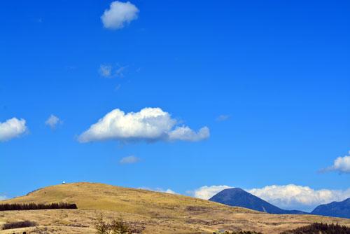 ぽっこり雲と山
