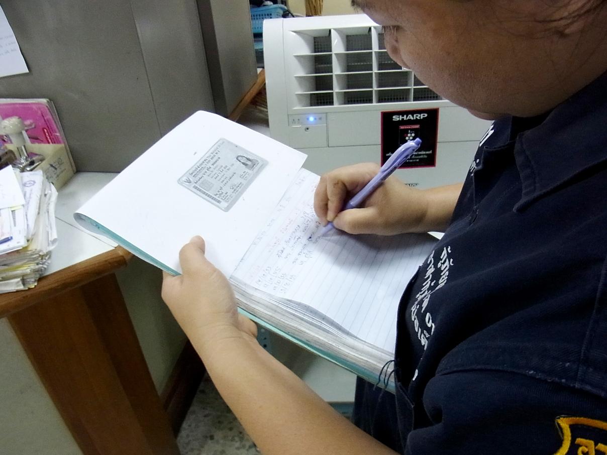 搬送先の病院では傷病者の情報と我々の隊員番号を記入する