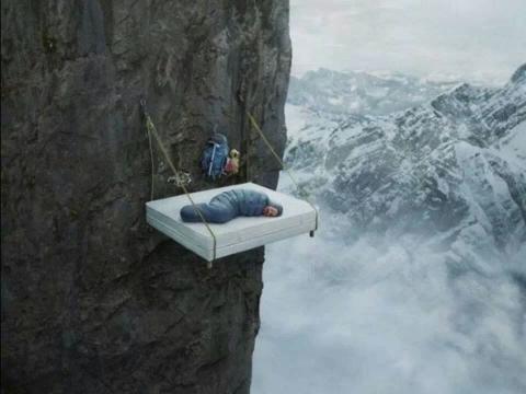 断崖絶壁のベッド