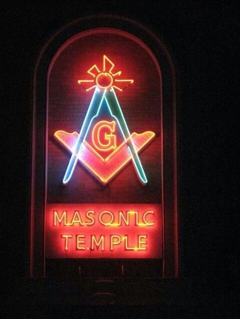 フリーメイソンのシンボルのネオンサイン
