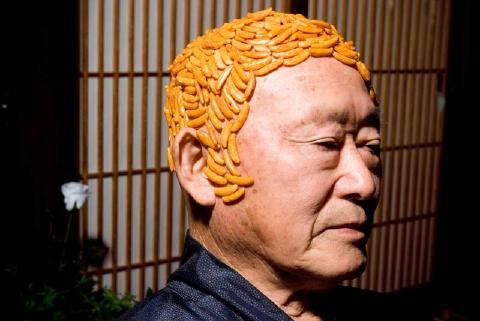 柿の種に覆われたおっさんの頭