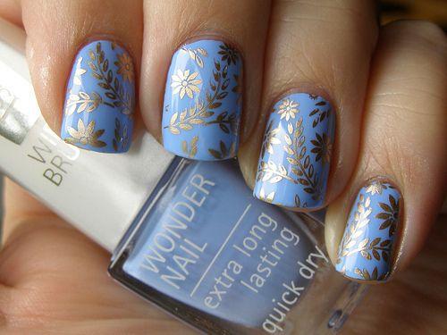パステル色のブルーに花模様のネイル