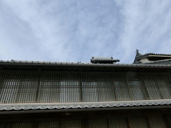 歴史ある建物の造りと春の空