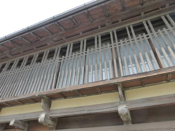 建物の2階部分に見られる海野格子