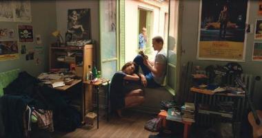 『LOVE 3D』 マーフィーたちは隣に越してきたブロンドの少女を誘う。奥行きがある構図の場合は3Dの効果が……。