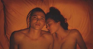 ギャスパー・ノエ 『LOVE 3D』 マーフィー(カール・グスマン)とエレクトラ(アオミ・ムヨック)のくんずほぐれつを真正面から3Dで捉える。