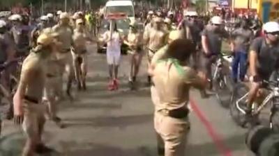 【危機一発!】リオデジャネイロオリンピック2016の聖火を女性兵士が守った!