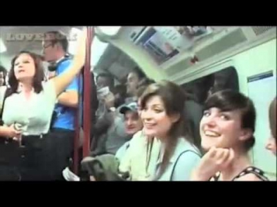【フラッシュモブ】ロンドンの地下鉄でいきなり始まっちゃった!