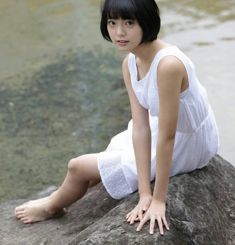 川沿いでセクシーな格好で撮影する平手友梨奈の画像♪