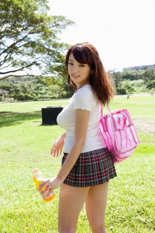 ロリ巨乳・篠崎愛をファッションビルで発見! 気になる私服の「胸の露出」は…