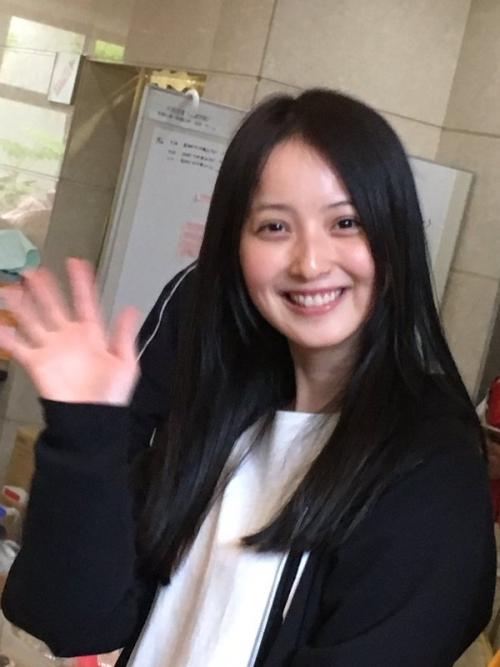 佐々木希さんがスッピンで熊本県益城町で炊き出し参加 男達が群がり写真撮影会へ これは炎上しない