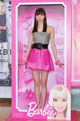 新川優愛 バービー風衣装で美脚披露に赤面「恥ずかしいです…」