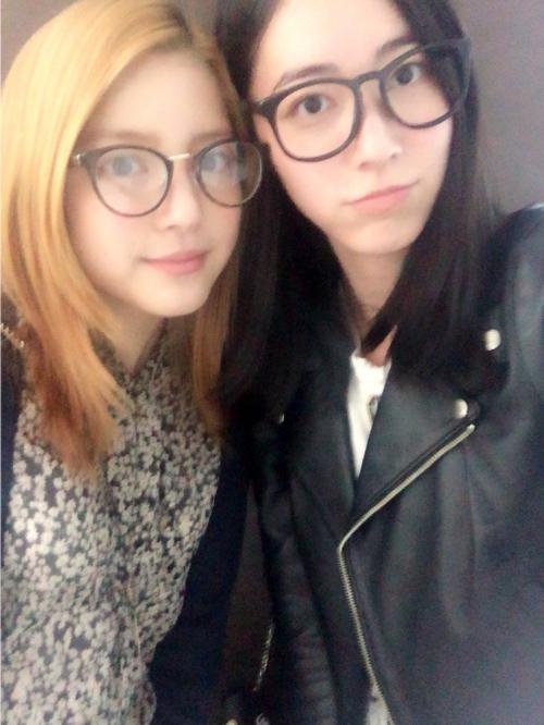 """""""黒髪""""松井珠理奈と""""金髪""""川島海荷の2ショット写真が話題に「やば。かわゆい」「姉妹みたい」"""
