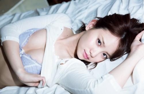 永尾まりや、AKB48卒業後初のグラビアで大人の魅力発揮 バストラインやヒップラインを大胆露出