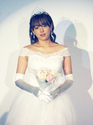 篠崎愛、10周年イベントでウェディングドレス「ファンの皆さんに見せたいな」