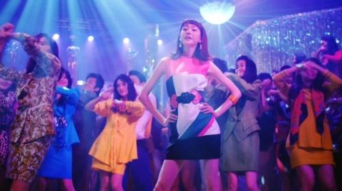 桐谷美玲がボディコン&ミニスカ姿で踊りまくる! 田中美奈子とダンス対決
