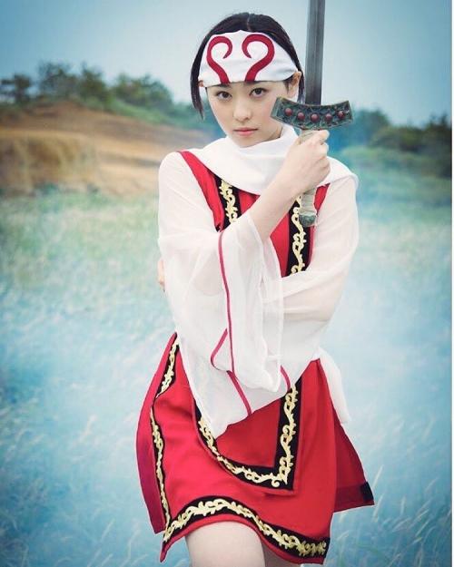 福原遥、会心の「キングダム」コスを披露 剣を構える姿に「凛々しい」「美女剣士」の声