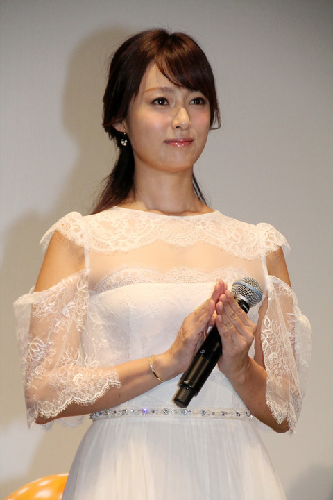 深田恭子、白のシフォンドレス シースルー&肩開きでセクシー