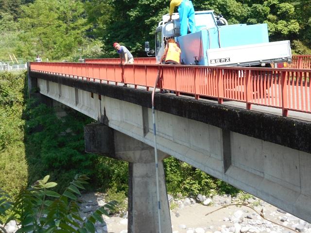 DSCN0675橋上より放流の様子.jpg