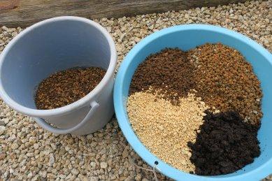 下層の用土(右:新用土、左:黄エビネ用残土)