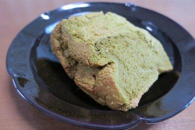 シフォンケーキ・抹茶on天目釉皿