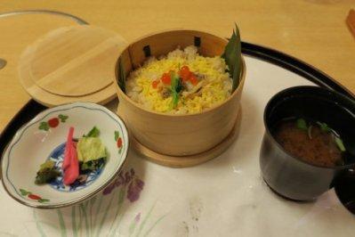 食事・浅蜊の蒸し飯・イクラ・三ツ葉、香の物・お漬物、汁物・赤だし