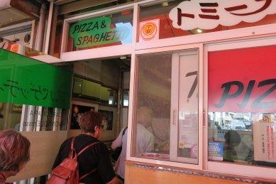 スパゲッティ屋に入る外国人(茂助だんご本店横)