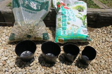 培養土、大粒鉢底石、ポリ鉢