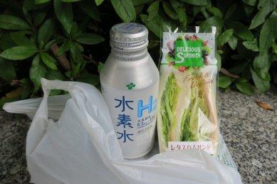 日本橋・レタスハムサンドと水素水