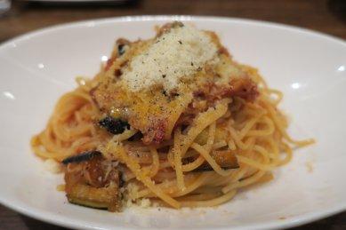スパゲッティ・鶏肉と揚げナスのラグートマトソース@920円