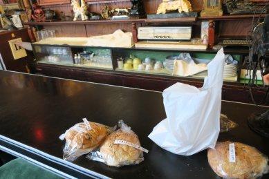 カウンターのパン