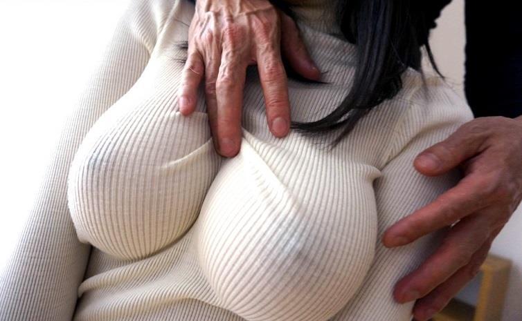 ノーブラでニットを着た巨乳の透け乳首