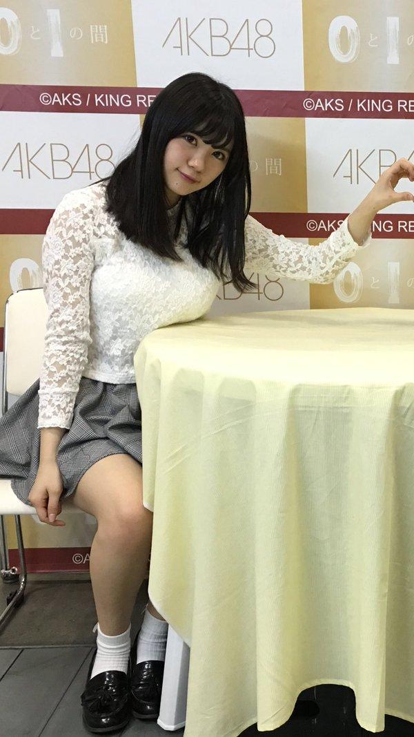 写メ会でテーブルにおっぱいが乗っちゃってる田中優香の着衣巨乳