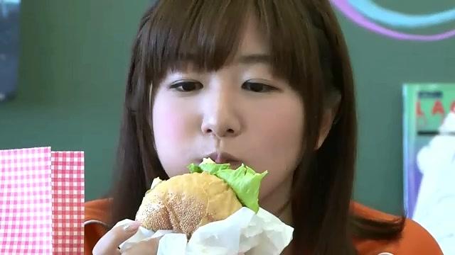 ハンバーガーを食べる茅野愛衣
