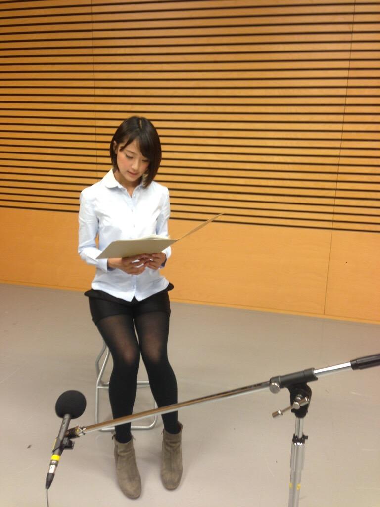 黒タイツでショートパンツを履いた竹内由恵アナの太もも