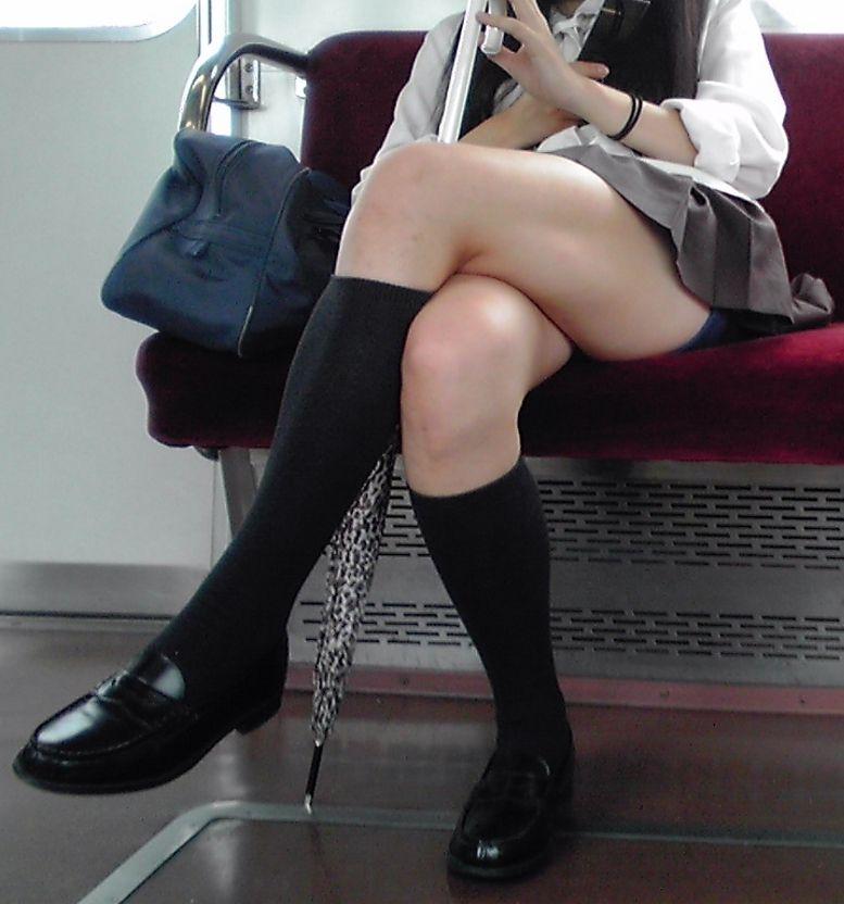 超ミニスカートで電車に座ってるJKのパンチラ