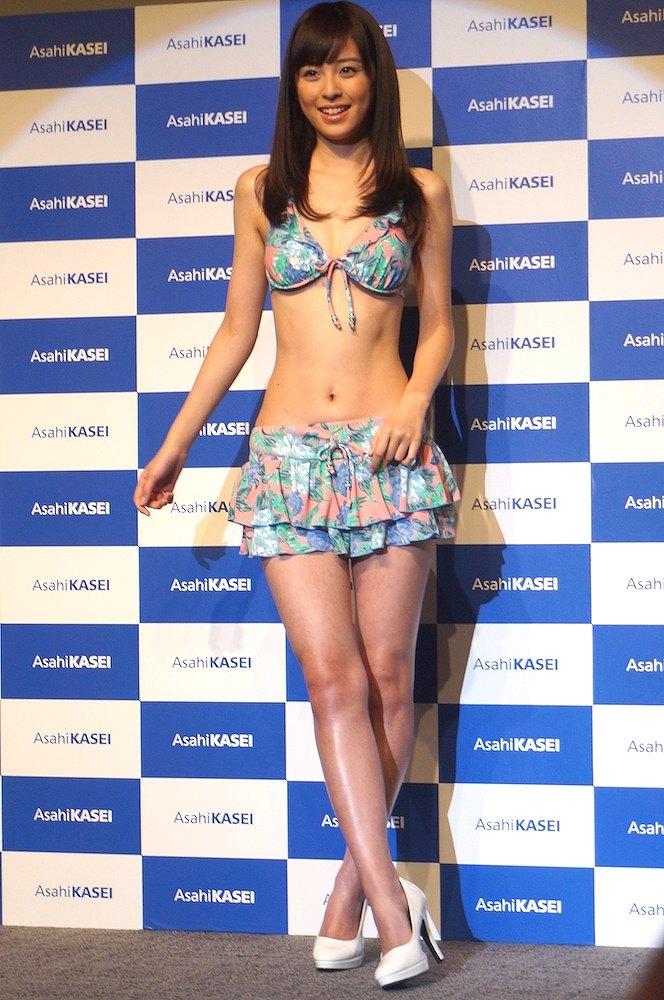 ビキニの水着を着た久慈暁子