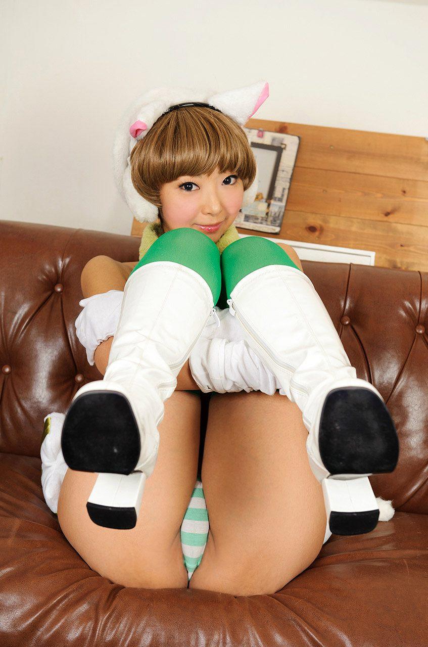 スカートをめくってパンツモロ出しの美少女