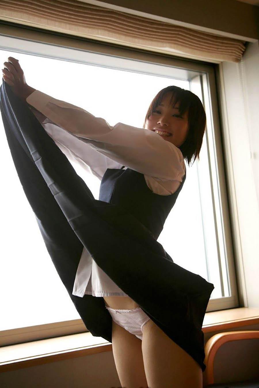 自分で制服スカートをめくってパンツを丸出しにしている女の子