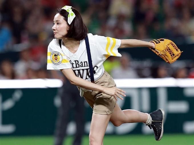 ショートパンツで始球式をする吉田羊