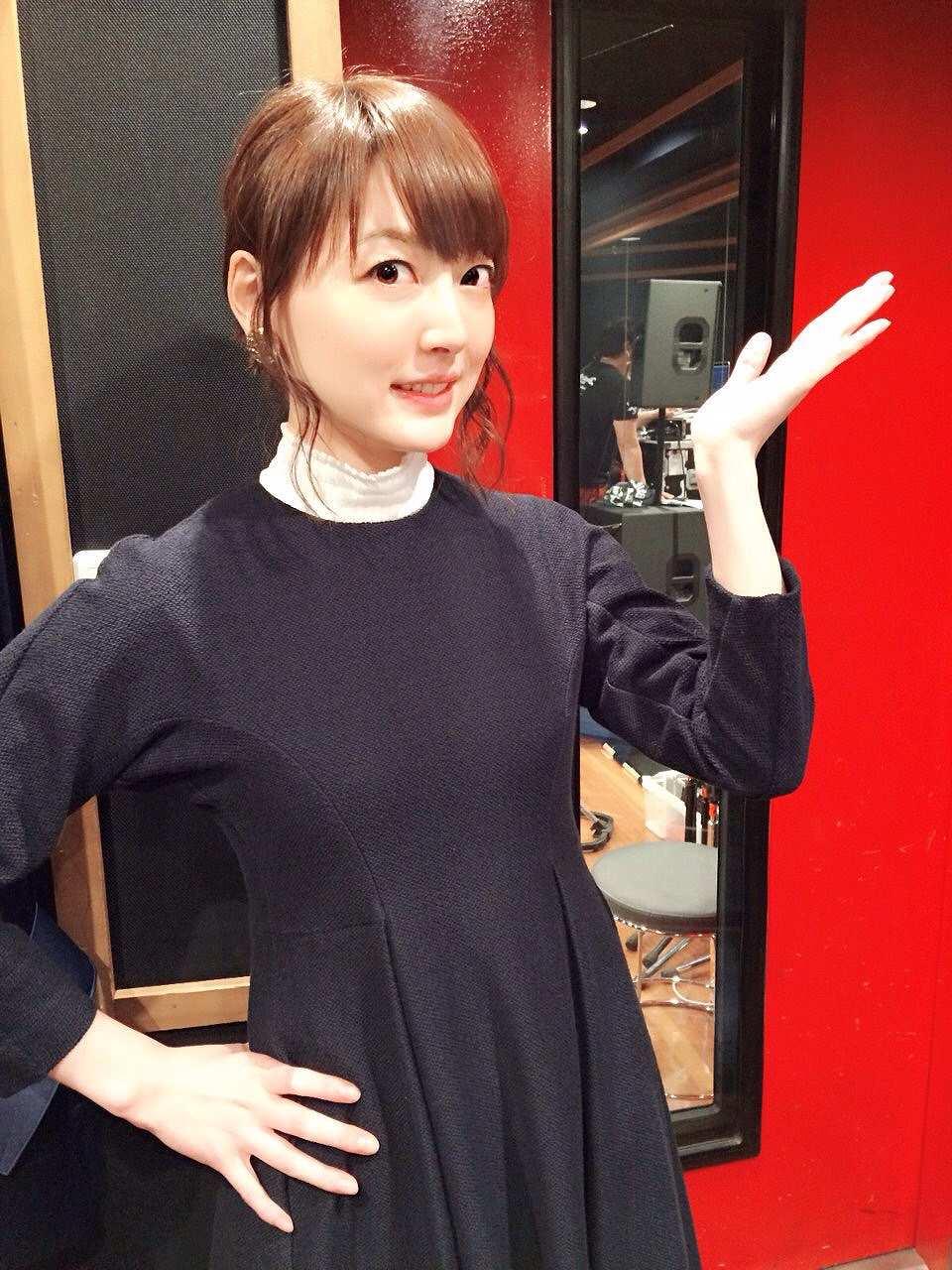 薄い生地の服を着ておっぱいと乳首が透けて見えてる花澤香菜