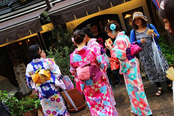 着物姿の中国人女性観光客