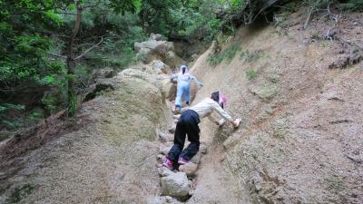 岩肌を登る子供