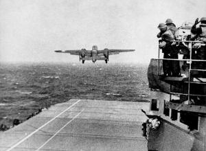 空母ホーネットを発信するB-25
